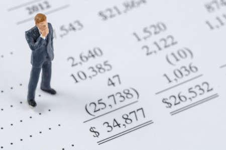 les chiffres: affaires miniature debout sur la ligne de fond