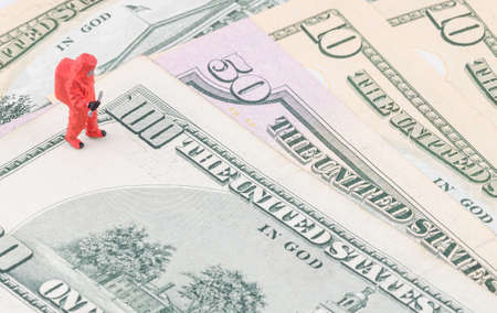 dinero falso: especialista en miniatura de comprobar la falsificaci�n de dinero