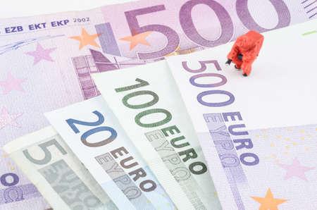 vals geld: miniatuur specialist controleren van de vals geld Stockfoto