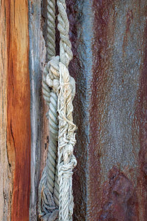 Old nautical rope hanging from a weathered wooden post at Old Leigh, Leigh-on-Sea, Essex, England 版權商用圖片 - 141700287