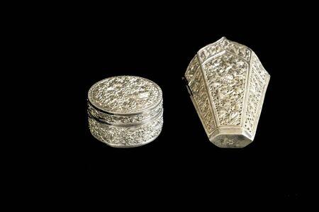 cubiertos de plata: Antiguo de plata en fondo negro Foto de archivo