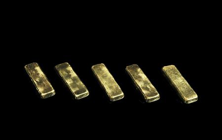goudstaaf op isolate zwarte achtergrond