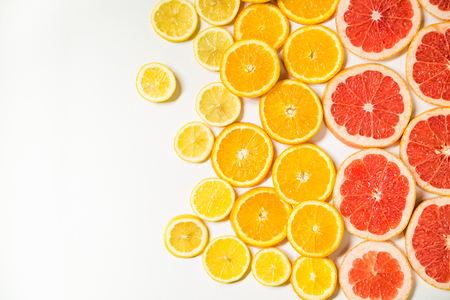 cellulose: Gradient citrus slices - grapefruit, orange and lemon, placed on white background from left to right, from big to smaller sizes