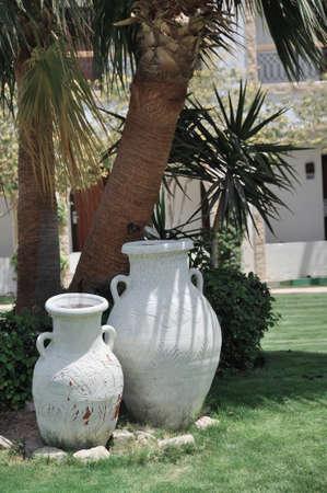 ollas de barro: Las ollas de barro se colocan en un c�sped Foto de archivo
