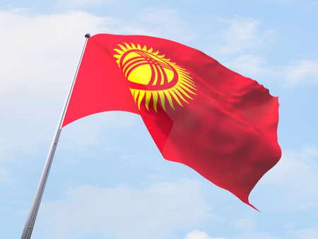 kyrgyzstan: bandera de Kirguizistán que vuelan en el cielo claro.