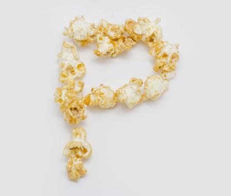 carta de amor: Letra de formaci�n de palomitas de ma�z P aislado en el fondo blanco Foto de archivo