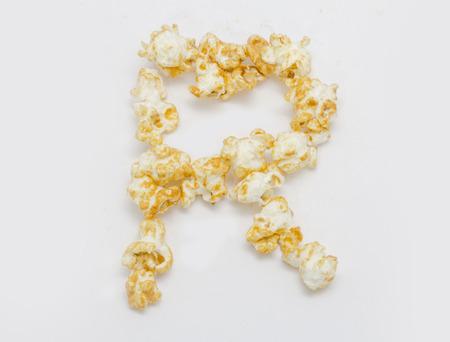 lettre alphabet: pop corn lettre formant R isol� sur fond blanc