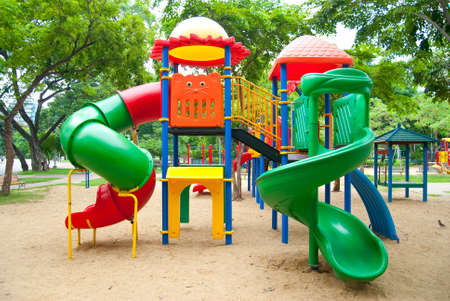 小さな子供たちと公園で明るいカラフルな遊び場のためのプラスチック製のスライド