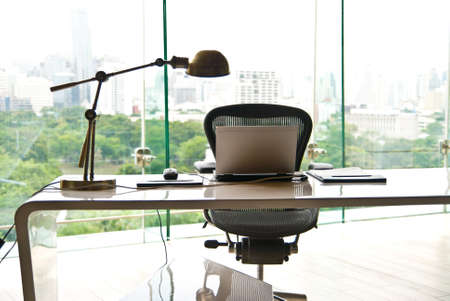 近代的なオフィスで机の上のノート