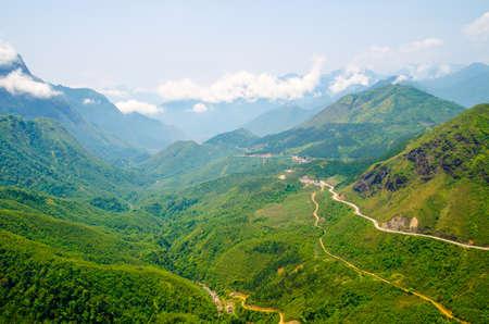 高角山サパ、ベトナムでの道を巻線 写真素材
