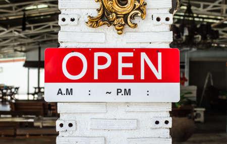 レストラン、店、事務所やその他の外のポールに掛かっている記号を開く