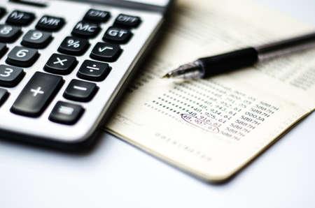 Calculs et compte livre et un stylo Banque d'images - 27351971