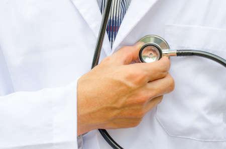 Close up médecin de sexe masculin est la main de vérifier son propre c?ur Banque d'images - 34346032