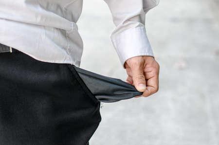 Homme d'affaires montrant de près sa poche vide Banque d'images - 37504870