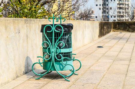 recolector de basura: contenedor de basura en el parque