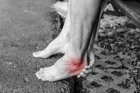pedicura: El dolor en el pie. Masaje de pies femeninos. Pedicuras. Aislado en el fondo blanco.