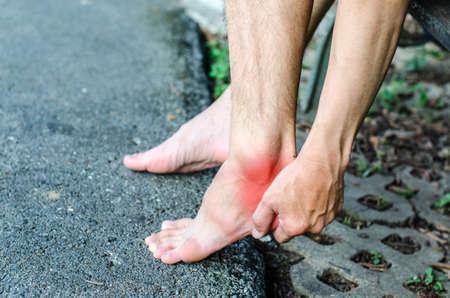 reflexologie plantaire: La douleur dans le pied. Massage des pieds féminins. Pédicure. Isolé sur fond blanc.