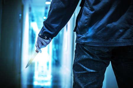 Kwaad misdadiger met scherp mes klaar voor diefstal of om een moord met het knippen van weg te begaan