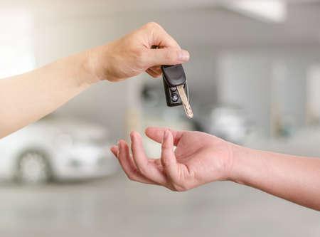 車のキーを押しながら他の人に引き渡すか、男性の手