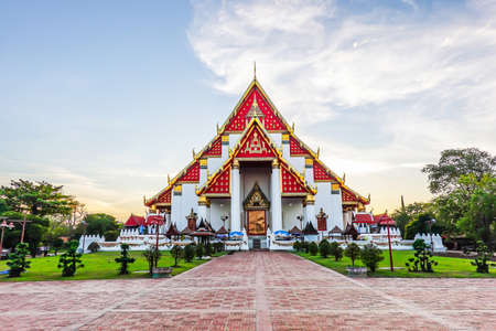 Beautiful Thai temple at Wat Mongkol Bophit (Old Temple) in Ayutthaya period is the capital. Banque d'images - 116658736