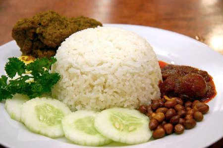 vergezeld: Rijst gekookt in kokosmelk, vergezeld van curry en sambal