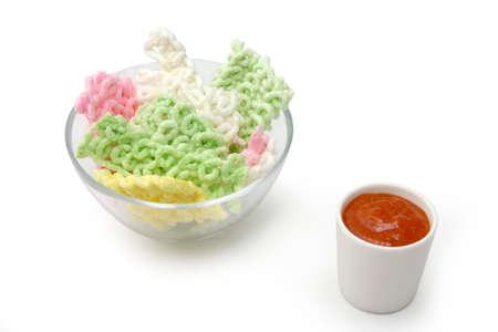 accompagnement: Frites de farine de riz de couleur des biscuits dans un bol transparent et accompagnement sauce chili
