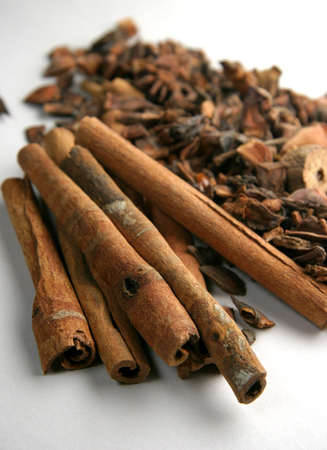 penetrating: Cinnamon sticks with other mixed spices on a white card