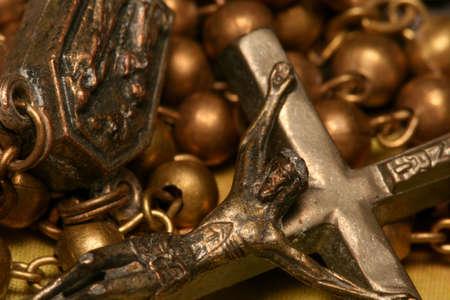 sacerdote: Un rosario cat�lico con Jes�s en la cruz  Foto de archivo
