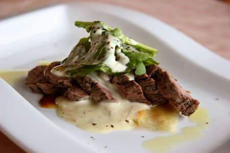 mediterrane k�che: Mittelmeercuisine Mittel-gut Rindfleisch in einer hellen Sahneso�enahaufnahme