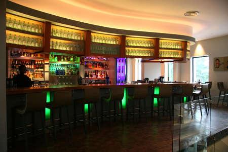 Unieke en kleurrijke gebogen bar bij een nieuw verkooppunt