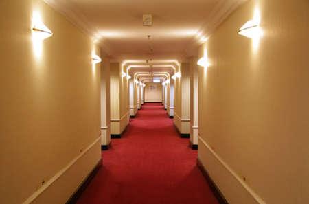 corridoi: Corridoio lungo dellhotel con moquette rossa e la carta da parati gialla Archivio Fotografico