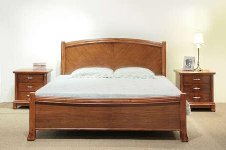 Schweres Holz Queen-Size-Bett-Set mit Kopfteil und Nachttisch Schubladen  Standard-Bild