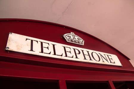 cabina telefonica: Etiqueta de tel�fono en cabina de tel�fono roja