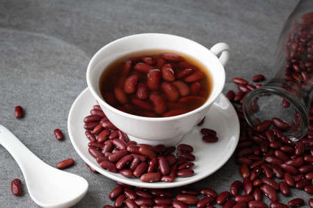 Sweet boiled red beans in white cup on concrete table. Foto de archivo - 122768410
