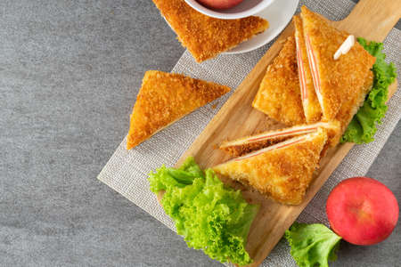 Deep fried sandwich stuffed ham cheese in wooden dish on table. Banque d'images