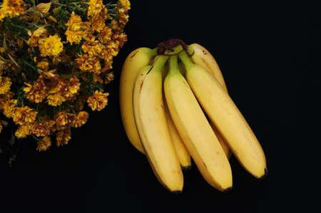 banane: Régime de bananes sur fond noir