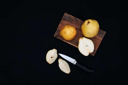 amarillo y negro: Peras org�nicos frescos maduros en el fondo negro Foto de archivo