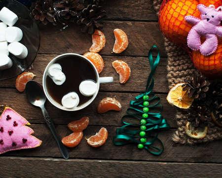 Winter decoratie. Samenstelling op hout achtergrond. Hete thee, kaarsen, gesneden grapefruit. Kerstmis. Kerststemming. Kerstgeest. Dennentakken. Tangerine plakjes. kegels