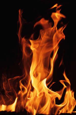 llamas de fuego: Llamas de fuego sobre un fondo negro.
