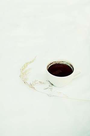 coffe bean: A cup of coffee on white background. Cup of coffee isolated on white background. Coffe with milk white cup. Coffee cup isolated. Coffe latte art with coffe bean on white.