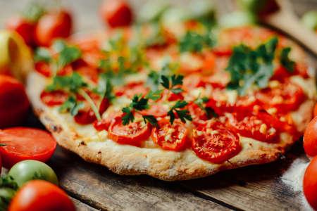 Selbst gemachtes Fleisch liebt Pizza mit Pepperoni-Wurst und Speck. Selbst gemachte Pizza Pepperoni verzehrfertig. rustikale italienische Pizza mit Mozzarella, Käse und Basilikum. Hot Pizzascheibe mit Schmelzkäse Standard-Bild
