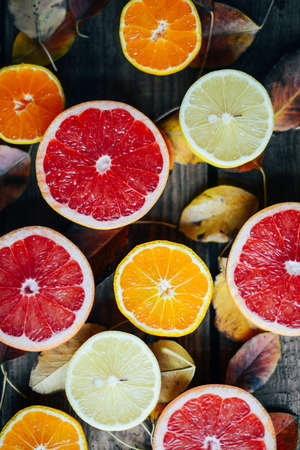 신선한 과일. 혼합 된 과일 배경입니다. 건강 한 식습관, 다이어트. 건강 한 신선한 과일의 배경입니다. 과일 샐러드 - 다이어트, 건강한 아침. 석류, 감,