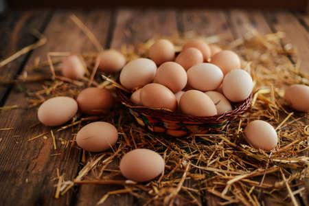 Nahaufnahme von Eiern in einem Korb. Draufsicht auf Eier in Schüssel. Braune Eier in Holzschale. Hühnerei. Henne Eier baske Standard-Bild - 75675541