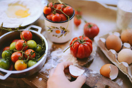 Baking cake ingredients - bowl, flour, eggs, tomato Banque d'images