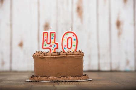 40 또는 40 개의 촛불이있는 초콜렛 서리로 덥은 케이크