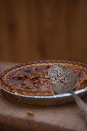pecan pie: pastel de nuez con un cuchillo de pastel de cosecha de estilo
