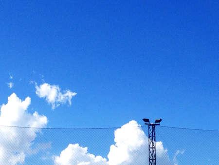 red: Campo de f�tbol de la Luz y la red en el cielo Foto de archivo