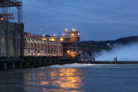 Soumrak na Conowingo vodní elektrárně, MD, USA Redakční