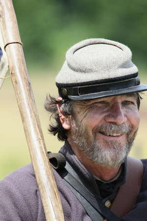 Confederado reenactor de la guerra civil que sostiene la bandera de la Confederación. Foto de archivo - 46257329
