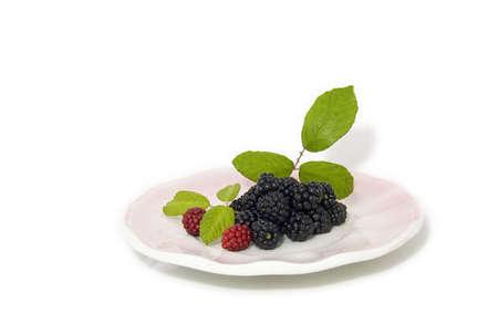 brambleberry: moras negro y rojo en una placa de color rosa